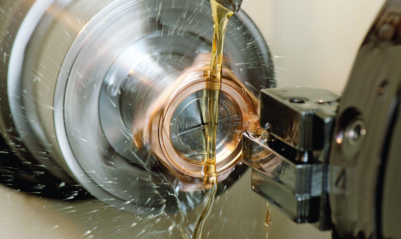Nyolcszögletű órák - Itt épp tizennyolc karátos aranyból készül az Octo, gépi megmunkálás előbb, kézi polír utána.