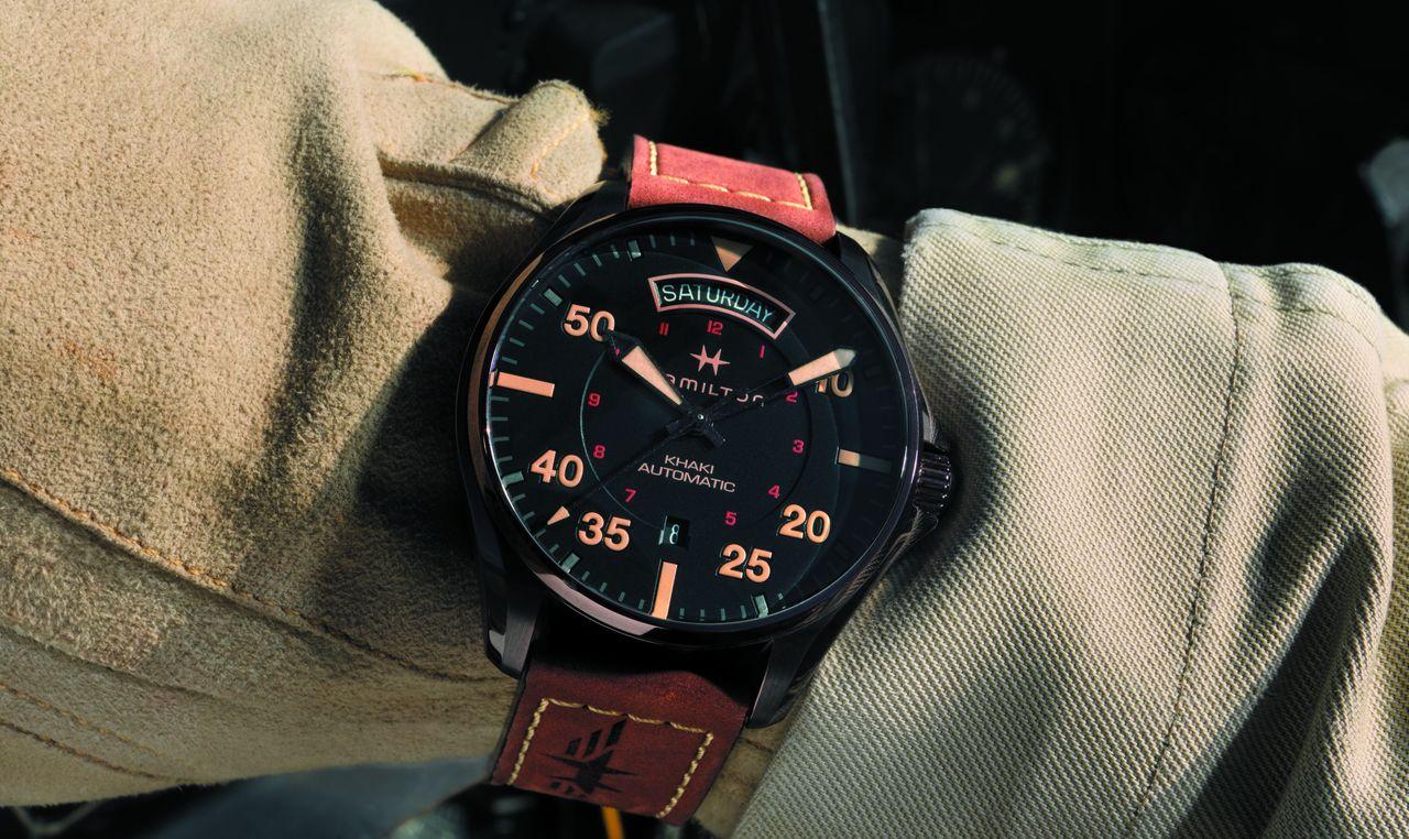 Hamilton Khaki Pilot Day Date - csuklón stílusosan keki környezetben