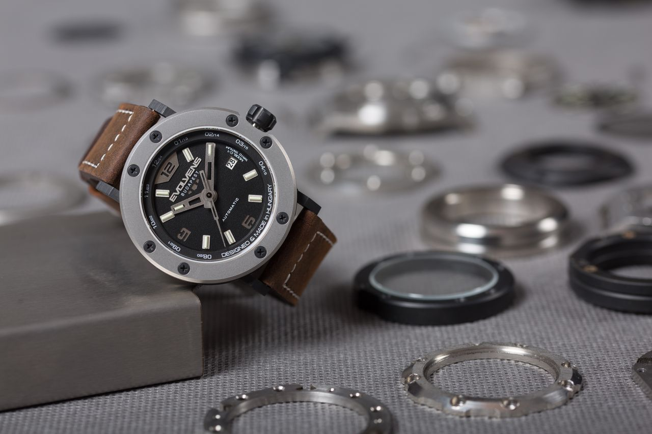 Evolvens C1-A - a számlap alsó része hirdeti az óra eredetét
