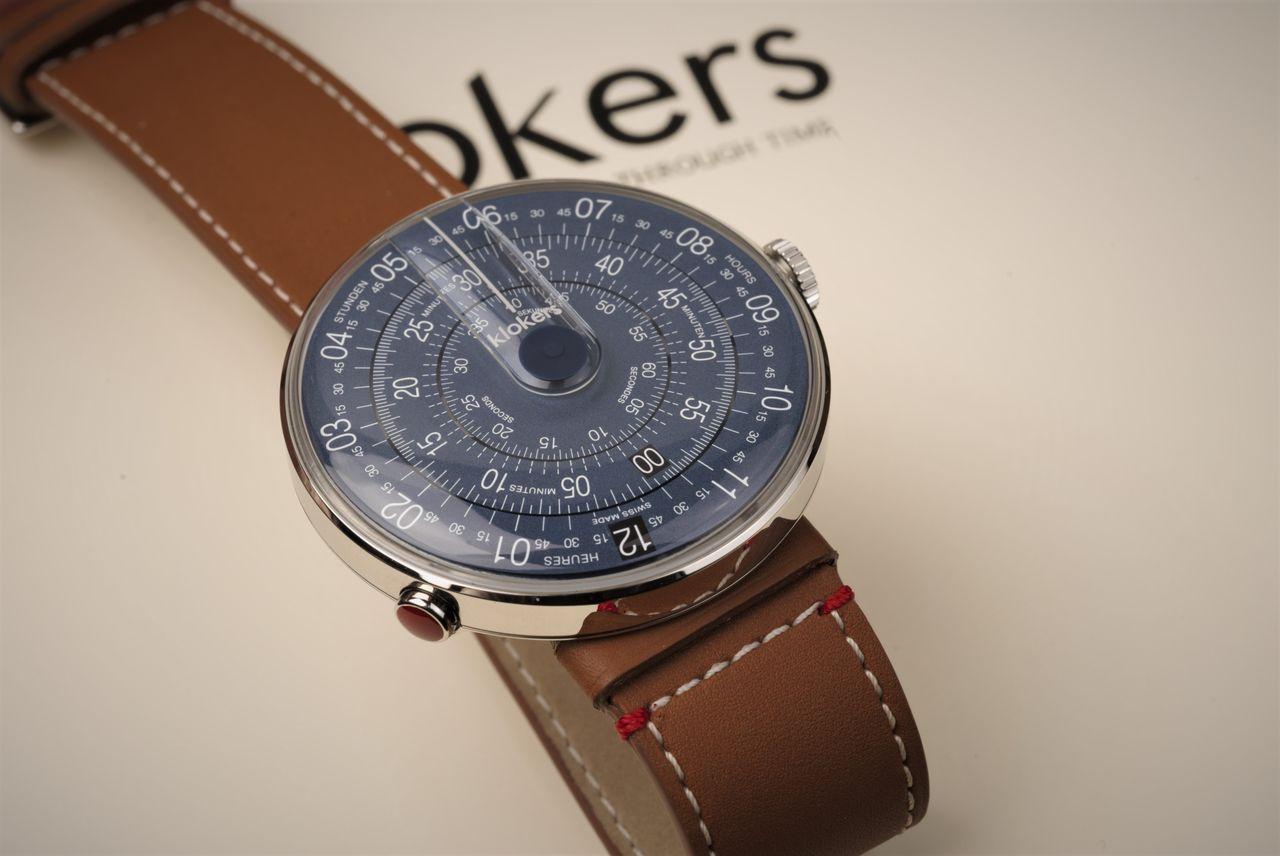 Klokers Klok-01 Mindnight Blue - a nyolc óránál lévő gomb megnyomásával csúsztatható le a szíjról az órafej