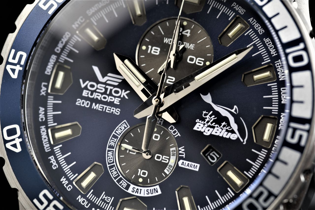 Vostok Europe The Authentic Big Blue Limited Anniversary Edition - jól áttekinthető, kiegyensúlyozott megjelenésű számlap - Fotó: Venicz Áron