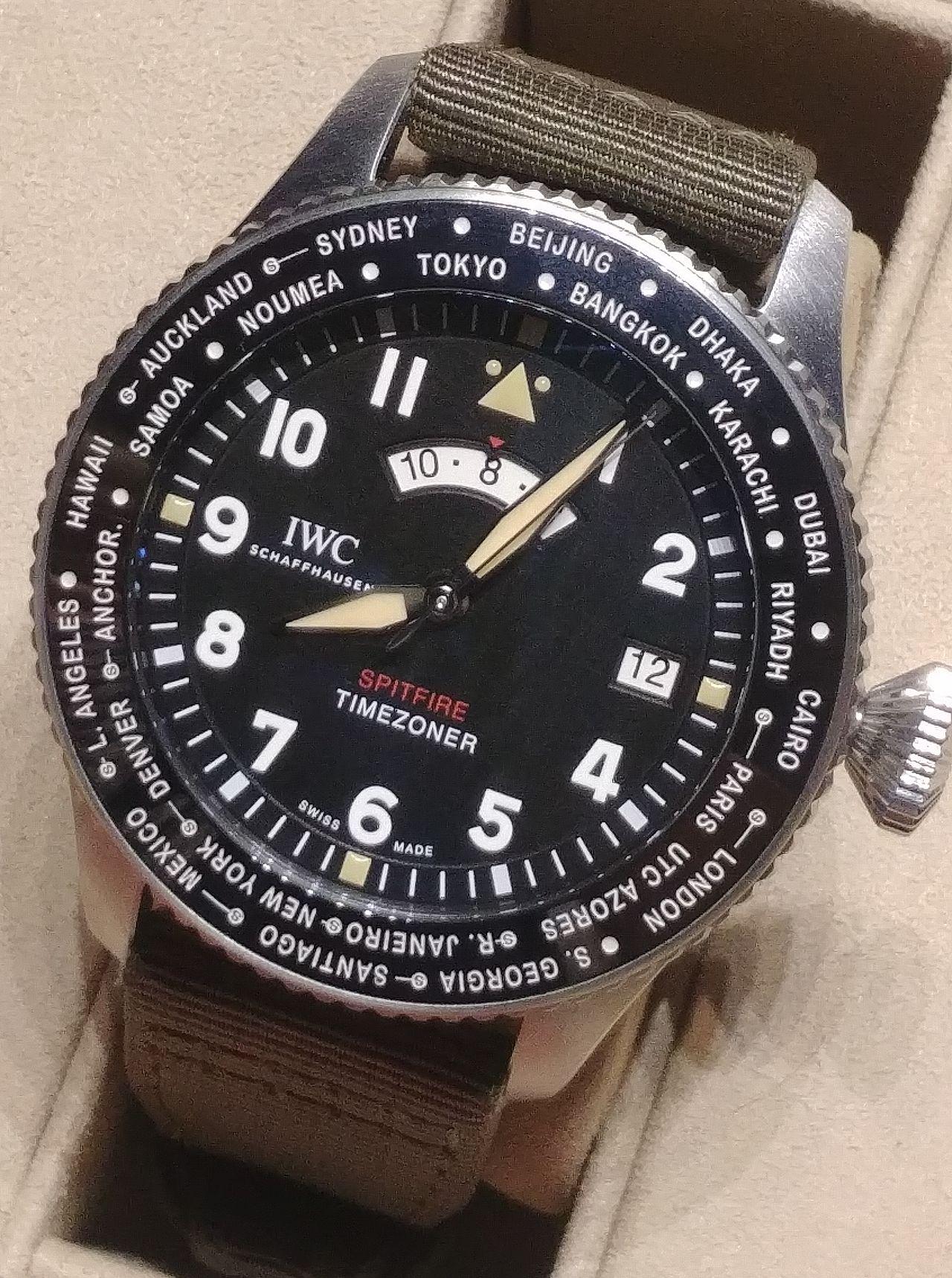 IWC Pilot's Watch Timezoner Spitfire Edition 'The Longest Flight' - elmaradhatatlan kellék a csavarzáras korona
