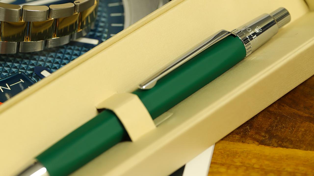 Rolex toll, kaucsuk borítással, a jól ismert zöld színben. Fotó: @RetekG