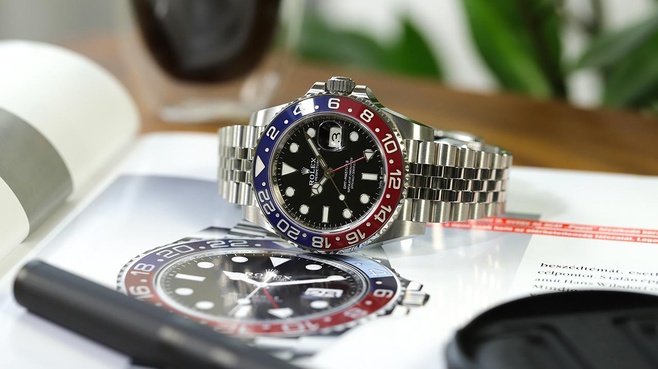 """Rolex GMT Master II, avagy a """"Pepsi"""", ahogy épp a róla szóló cikken fekszik. Fotó: @RetekG"""