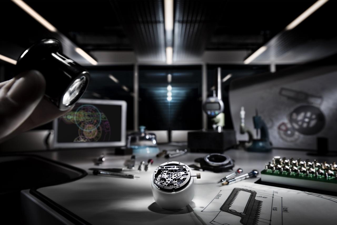 A drámai fényektől eltekintve valósághű betekintés ez az Hublot-manufaktúrába. Az asztalon a MECA–10 egyik alkatrészének mérnöki rajza.