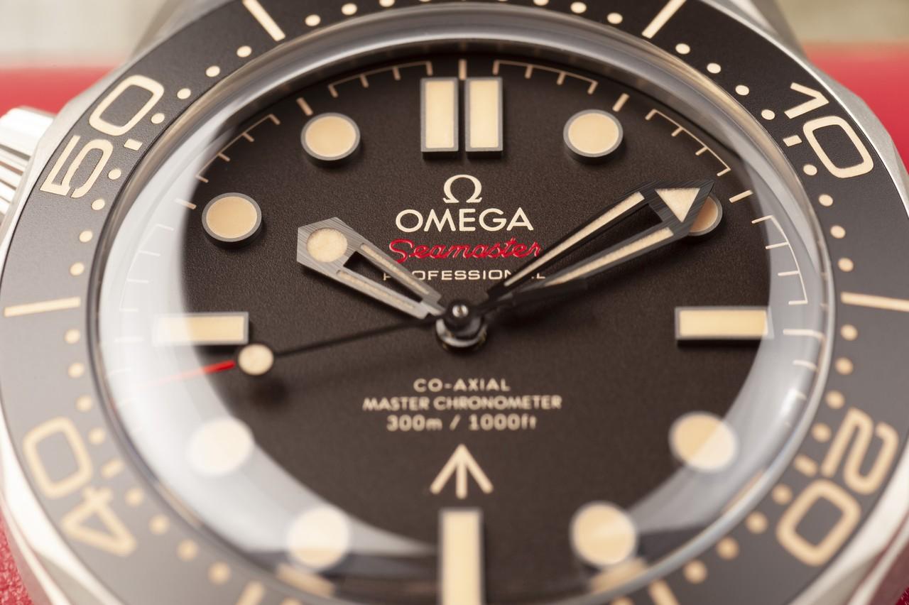 """Omega Seamaster Diver 300M 007 Edition - hullámok sehol, cserébe """"broad arrow"""" / Fotó: Venicz Áron"""